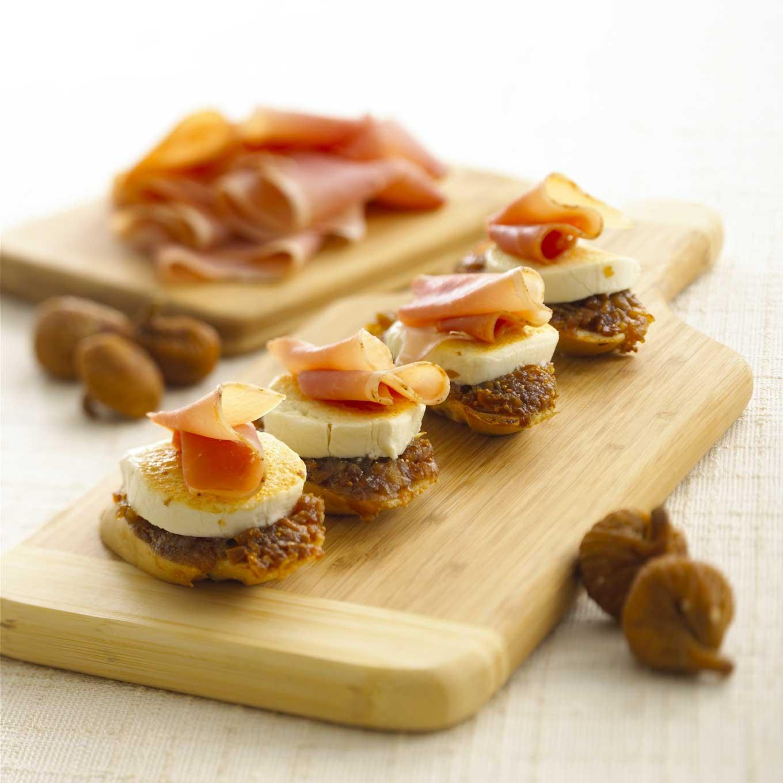 Goat cheese fig and prosciutto crostini bigoven 188466 for Prosciutto canape