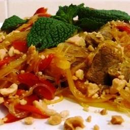 Bife com Amendoim, Erva-Príncipe e Noodles de Soja
