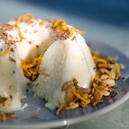 Pudding van amandelmelk met verse peer